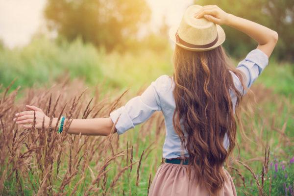 почему летом выпадают волосы